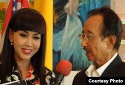 Tiến sĩ Alan Phan trả lời phỏng vấn của giới truyền thông (ảnh Bùi Văn Phú)