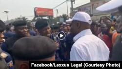 Martin Fayulu azali koswana na ba pulusu na botambali na Ste Therese, N'Djili, Kinshasa, 30 juin 2019.