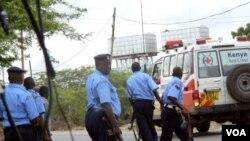 Polisi Kenya dan petugas medis tiba di lokasi Universitas Garissa di Kenya, Kamis (2/4).