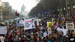 13일 워싱턴 디시 자유 플라자에서 구호를 외치고 있는 항의 시위대