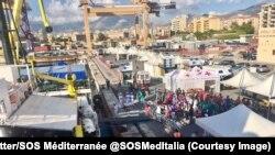 Le navire de sauvetage Aquarius affrété par SOS Méditerranée est arrivé vendredi matin à Palerme (Sicile) avec à son bord 604 migrants, dont 240 mineurs, Sicile, Italie, 13 octobre 2017. (Twitter/@SOSMedItalia)
