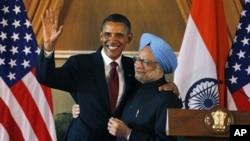 2010年11月8日,美国总统奥巴马访问新德里与印度总理辛格联合举行记者会后互相拥抱。(资料照)