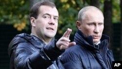 លោកនាយករដ្ឋមន្ត្រី Dmitry Medvedev (ខាងឆ្វេង)និងលោក Vladimir Putin ប្រធានាធិបតីប្រទេសរុស្ស៊ីដើរជាមួយគ្នានៅតំបន់ Tver។