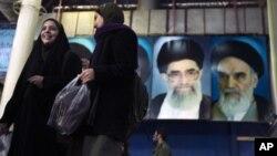 遊人星期三在伊朗南部走過伊朗最高領袖哈梅內伊的畫像前