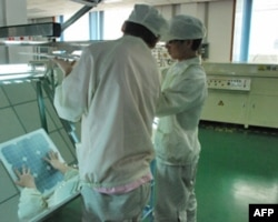 工人在太阳能模组厂工作
