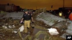 Restos del avión Boeing 737 que se estrelló este viernes en las afueras de Islamad, Pakistán.