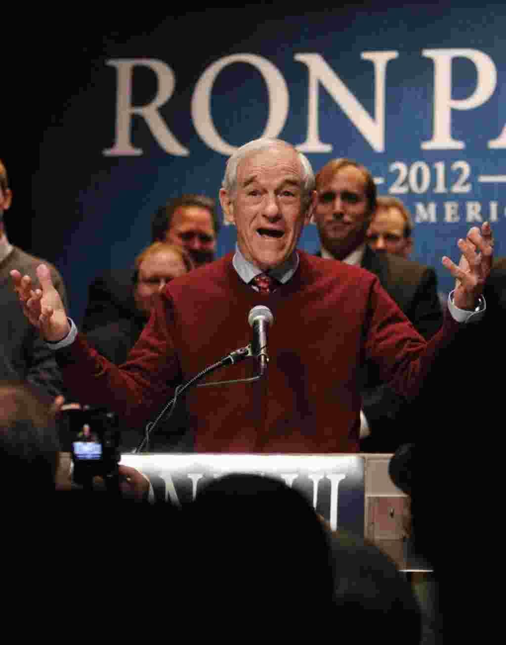 Bakal calon presiden dari Partai Republik, Ron Paul, berbicara kepada para pendukungnya pada malam berlangsungnya kaukus di Golden Valley, MInnesota (7/2) (REUTERS).