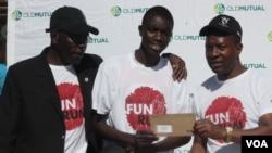Dumo Mkhwananzi (ophakathi laphakathi) esemukela umvuzo wakhe ngemva komncintiswano we Old Mutual Nkulumane Fun Run.