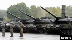 Des chars Léopard 2 de l'armée allemande, la Bundeswehr, à Munster, Allemagne, 9 octobre 2015. REUTERS / Fabian Bimmer