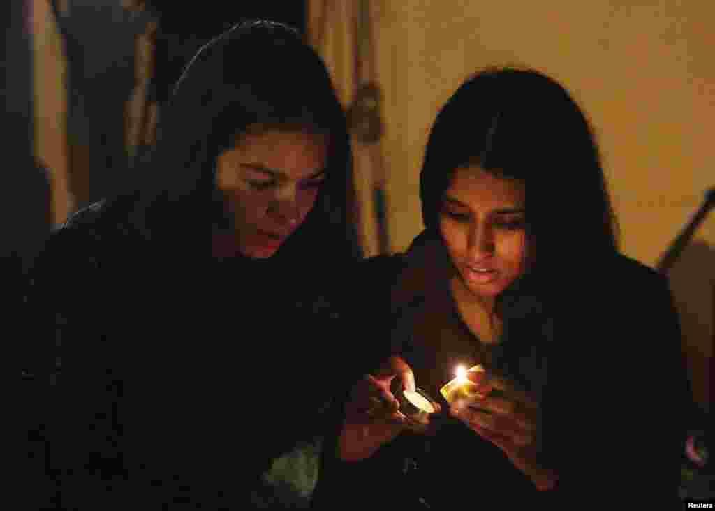 Les gens allument des bougies après l'annonce de la mort de l'ancien président sud-africain Nelson Mandela à Houghton 5 décembre 2013.