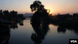 Hoàng hôn trên Mekong River, nhìn từ Don Khone, nơi có nhiều người dân địa phương sợ họ có thể sẽ bị buộc di dời nếu dự án đập Don Sahong được xúc tiến. (Ảnh: VOA/Luke Hunt)