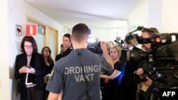 Un agent de sécurité se tient devant les journalistes lors de l'ouverture du procès de Rakhmat Akilov, devant le tribunal de Stockholm, le 13 février 2018.