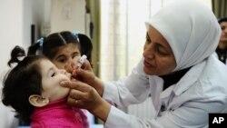 聯合國兒童基金會發佈的圖片顯示﹐一名醫護人員在敘利亞替小童注射小兒麻痺症疫苗。