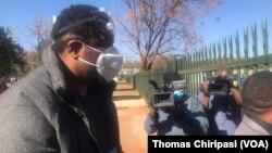 Hopewell Chin'ono devant le tribunal à Harare le 22 juillet 2020. (Thomas Chiripasi /VOA)