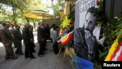 Người dân xếp hàng tại Đại sứ quán Cuba ở Hà Nội để bày tỏ lòng thương tiếc đến chủ tịch quá cố Fidel Castro, ngày 28/11/2016.