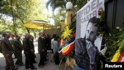 Warga Vietnam mengantre di luar Kedutaan Besar Kuba di Hanoi untuk memberikan penghormatan pada mendiang Fidel Castro (28/11). (Reuters/Kham)