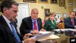 Para anggota Kongres AS membahas restrukturisasi utang bagi pemerintah Puerto Rico di Washington DC (8/6).