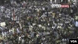 Suasana kota Rastan, basis demonstran pro-demokrasi penentang Bashar al-Assad, diambil dari video amatir (17/8).