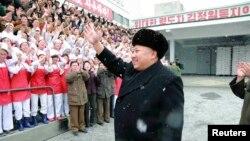 Nhà lãnh đạo Bắc Triều Tiên Kim Jong Un vẫy chào các công nhân trong khi thăm một nhà máy ở Bình Nhưỡng.