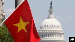Cờ Việt Nam treo trên đường phố thủ thô Mỹ Washington, DC. Các cuộc điều tra về cáo buộc gian lận thương mại đối với Việt Nam được khởi xướng dưới thời Tổng thống Trump đang tiếp tục được thực hiện dưới chính quyền Biden.