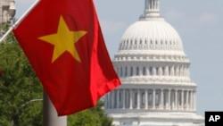 Lá cờ đỏ sao vàng của Việt Nam được nhìn thấy trước một khách sạn ở Thủ đô Washington nhân chuyến thăm Hoa Kỳ của Chủ tịch nước Việt Nam Nguyễn Minh Triết, 22/6/2007.