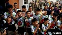 동굴에서 구조된 축구팀 소년 12명과 코치가 18일 기자회견이 열리는 치앙라이주 정부청사에 도착하고 있다.