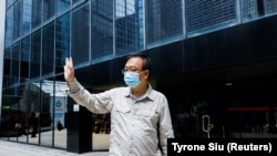 Aktivis pro-demokrasi Cheung Man-kwong meninggalkan pengadilan setelah hukumannya ditangguhkan di Hong Kong, China, 15 September 2021. (Foto: REUTERS/Tyrone Siu)