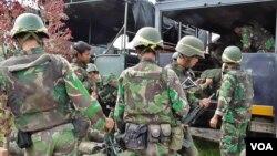 Pasukan TNI yang dikerahkan dalam Operasi Tinombala 2016 untuk memburu kelompok Teroris Santoso (VOA/Yoanes).