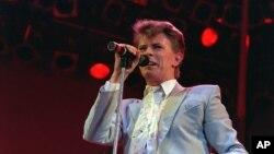 David Bowie actuando no Estádio de Wembley em Londres em Julho de 1985.
