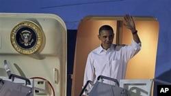 Predsjednik Barack Obama po dolasku u zrakoplovnu bazu Hickam u Honoluluu