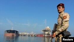 Binh sĩ Iraq canh gác gần nhà máy lọc dầu Al Basra.