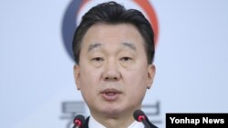 19일 말레이시아 경찰이 김정남 피살 사건 수사 상황을 설명한 직후 한국 통일부의 정준희 대변인이 서울 청사 합동브리핑룸에서 입장을 발표하고 있다.