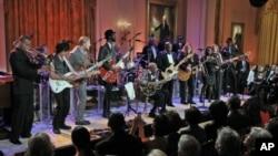 2月21号,美国总统奥巴马和第一夫人米歇尔在白宫举行蓝调音乐会,纪念美国黑人历史月。