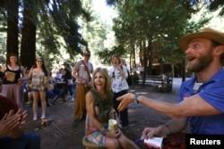 Seorang peserta kamp tersenyum ketika petugas mengumumkan nama panggilannya selama berada di Camp Grounded di Navarro, California, 20 Juni 2014.
