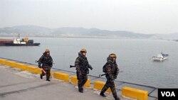 Marinir Korea Utara melakukan patroli di Pulau Yeonpyeong, dekat perbatasan Korea Utara (foto:dok).