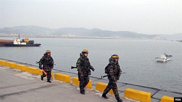 Marinir Korea Selatan melakukan patroli di Pulau Yeonpyeong, dekat perbatasan Korea Utara (Foto:dok). Korea Utara mengancam akan menyerang pulau tersebut terkait klaim provokatif Korsel atas aksi tembak dua tahun yang lalu di wilayah itu, Kamis (22/11).