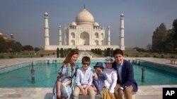 کنیڈین وزیر اعظم بھارتی دورے کے دوران اپنے اہل خانہ کے ساتھ تاج محل کے سامنے