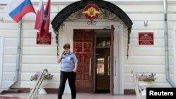 Un funcionario ruso sale de las oficinas del Servicio Federal de Inmigración en Moscú, la agencia que maneja la solicitud de Snowden.