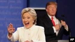 Kedua calon presiden Amerika Hillary Clinton (depan) dan Donald Trump usai debat Presiden terakhir di Las Vegas, Nevada (foto: dok).