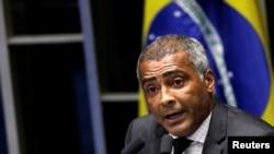 Mantan pemain sepak bola dan senator Romario dalam sesi parlemen membahas pemungutan suara untuk memakzulkan Presiden Dilma Rousseff, di Brasilia, Brazil, 11 Mei 2016.