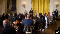 Presiden AS Barack Obama pada acara berbuka puasa bersama warga Muslim di Gedung Putih 22 Juni tahun 2015 (foto: ilustrasi).