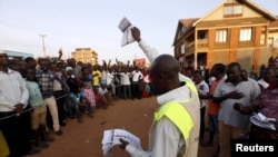 Petugas Pemilu hitung surat suara di sebuah TPS di Uganda (18/2).