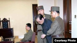 张成泽受审时照片(朝鲜劳动新闻)