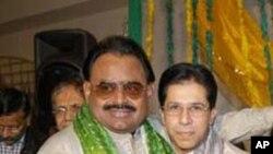 ڈاکٹر عمران فاروق، دائیں، ایم کیو ایم کے قائد الطاف حسین کے ساتھ 2004 میں اپنی شادی کے موقع پر۔ فائل فوٹو