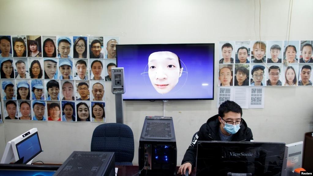 北京汉王科技的工程师正在研发可以识别戴着口罩的人的人脸识别技术。(2020年3月6日)