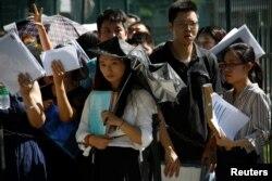 人們在在中國北京的美國大使館外排隊等候(2018年7月26日)。