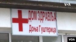 Tabla na ulazu u Dom zdravlja Donja Gušterica (Foto: VOA)
