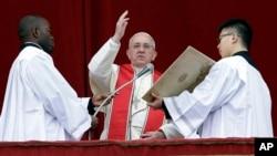 Đức Giáo Hoàng đọc Thông Điệp Urbi et Orbi Phục Sinh 2013 tại Quảng trường Thánh Phêrô ở Vatican.