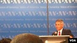 El doctor Anthony Fauci respondió preguntas de los participantes en el auditorio de la Voz de América en Washington.