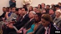 2013年11月13日,新入籍的美国公民(美国之音 陈怡拍摄)